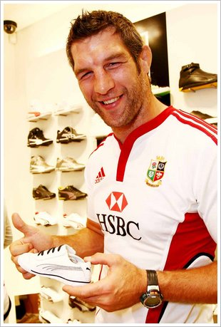 Lion rugby star Simon Shaw shops at PUMA store V&A Waterfront low res
