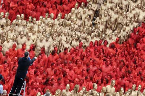 New Spencer Tunick Photo Sees 1 700 Naked People Spray