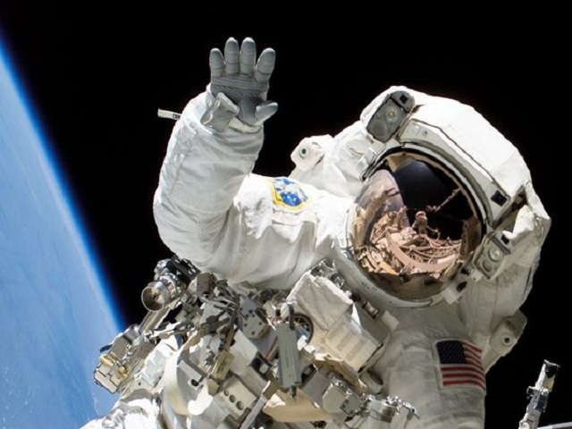 astronauts-fingernails-hands-shuttle_24798_600x450