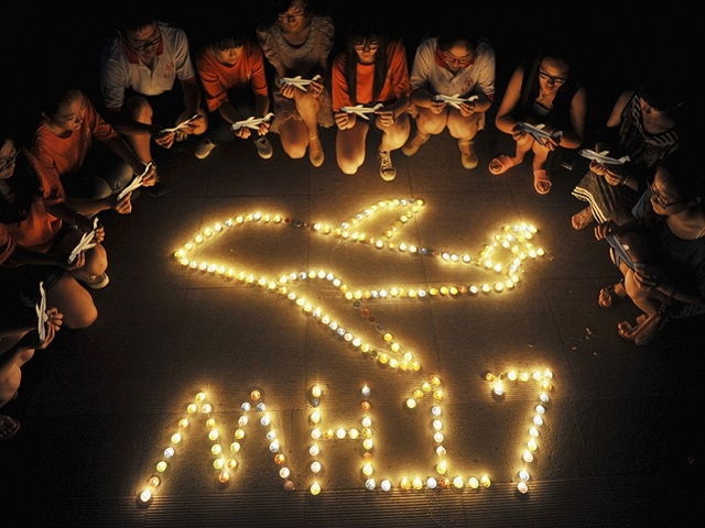 img_pod_2007-pod-mh17-candles-college-students-RTR3ZCBS