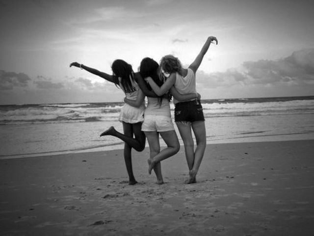 beach-black-and-white-friends-girls-Favim.com-194571