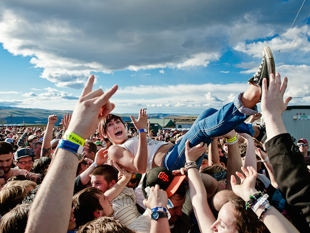 Fans-Crowdsurfing-3122