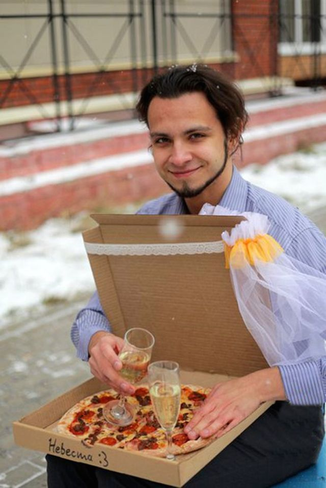 PAY-Man-Marries-Pizza (1)