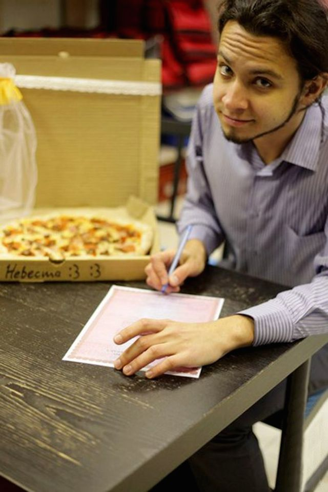 PAY-Man-Marries-Pizza (2)
