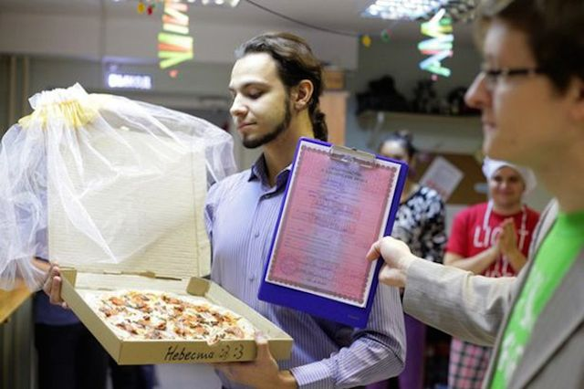 PAY-Man-Marries-Pizza (3)
