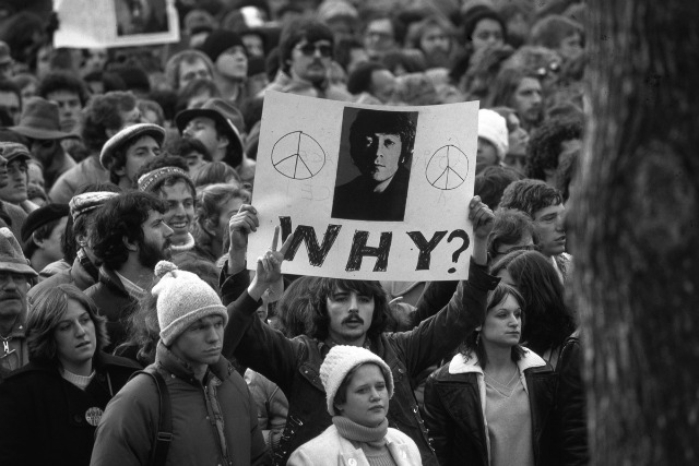 December 1980: Fans of John Lennon holding a vigil after he was shot dead by a fan on December 8th at his home in New York. (Photo by Hulton Archive/Getty Images)
