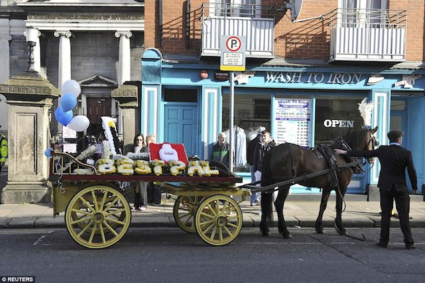 313D11DC00000578-3447906-One_of_the_horse_drawn_carriages_which_joined_the_long_funeral_p-a-38_1455555306325