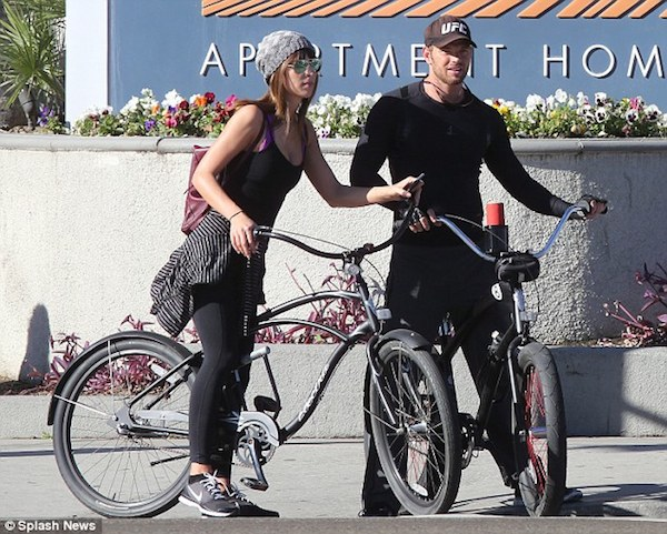 23B4704000000578-2859350-New_couple_alert_Kellan_Lutz_stepped_out_with_his_new_girlfriend-a-9_1417626034398