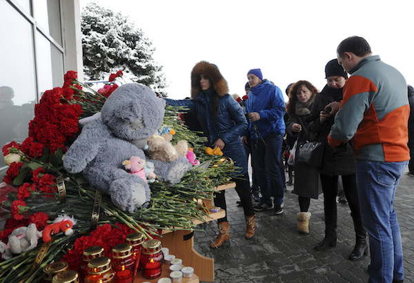 People place flowers, candles and toys in memory of the victims of the crashed Boeing 737-800 flight FZ981 operated by Dubai-based budget carrier Flydubai, outside the airport of Rostov-On-Don, Russia, March 19, 2016. REUTERS/Sergei Pivovarov EDITORIAL USE ONLY. NO RESALES. NO ARCHIVE