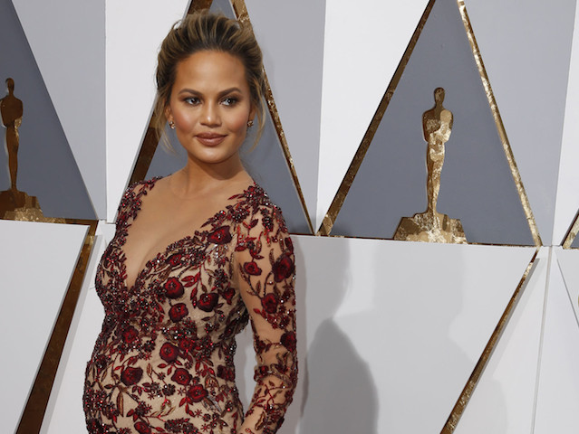 la-et-mg-chrissy-teigen-oscars-face-stacey-dash-20160301