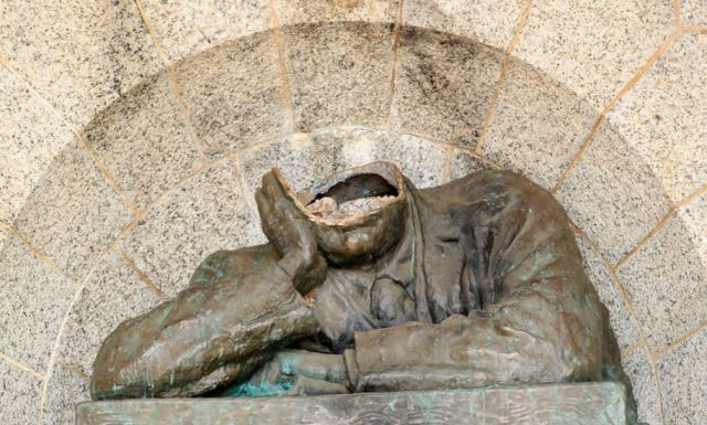 Cecil Rhodes Statue Decapitated in Cape Town, South Africa
